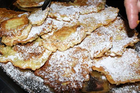 przykład wykorzystania ziół w kuchni: kwiaty bzu białego oraz liście babki zwyczajnej w cieście naleśnikowym
